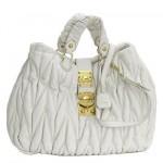 フェミニンなデザインにゴールドの金具がアクセント☆  Miu Miu MATELASSE ショルダーバッグ
