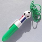 サッカーボール型 4色ボールペン ひも付き